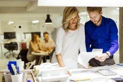Uomo e donne che progettano nello studio Fotografie Stock
