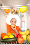 Uomo e frigorifero Fotografia Stock