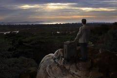 Uomo e grande borsa sulla montagna della roccia Fotografia Stock Libera da Diritti