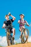 Uomo e la sua moglie sulle biciclette Fotografia Stock