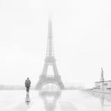 Uomo e la torre Eiffel Fotografia Stock Libera da Diritti