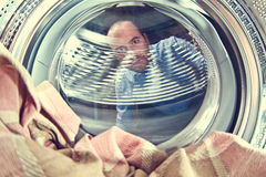 Uomo e lavatrice Immagine Stock