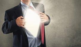 Uomo e luce intensa. Immagini Stock