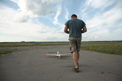 Uomo e modello dell'aereo Fotografie Stock
