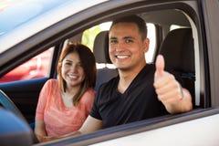 Uomo e moglie che conducono la loro automobile fotografia stock