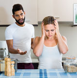 Uomo e moglie che hanno cattiva discussione fotografia stock