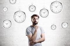 Uomo e orologi da tasca barbuti Fotografia Stock