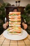 Uomo e panino gigante Immagine Stock Libera da Diritti