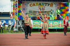 Uomo e ragazza di dancing in costumi nazionali Immagine Stock