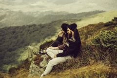 Uomo e ragazza sul pendio fotografia stock