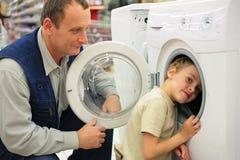 Uomo e ragazzo con la lavatrice Fotografia Stock Libera da Diritti
