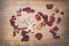 Uomo e regalo di pan di zenzero con i petali Fotografia Stock