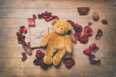 Uomo e regalo di pan di zenzero con i petali Fotografie Stock Libere da Diritti