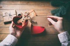 Uomo e regalo di pan di zenzero con i petali Immagini Stock Libere da Diritti