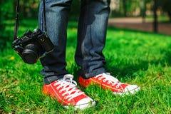 uomo e retro macchina fotografica Immagini Stock