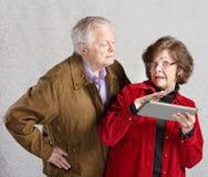 Uomo e signora curiosi con la compressa Fotografia Stock Libera da Diritti
