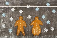 Uomo e signora di pan di zenzero insieme sulla tavola farinosa Fotografia Stock