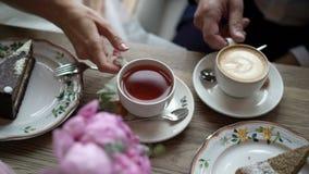Uomo e tè e caffè beventi della donna stock footage