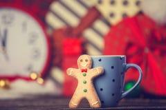 Uomo e tazza del biscotto Fotografie Stock Libere da Diritti