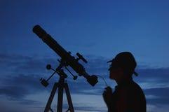 Uomo e telescopio adulti con la macchina fotografica Fotografie Stock Libere da Diritti