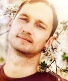 Uomo e un albero di fioritura Fotografia Stock Libera da Diritti