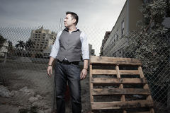 Uomo e un pallet di legno Fotografia Stock Libera da Diritti