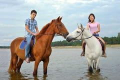 Uomo e una donna su a cavallo Fotografie Stock Libere da Diritti