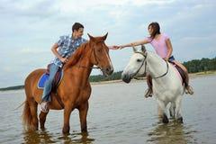 Uomo e una donna su a cavallo Fotografia Stock