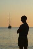Uomo e yacht di mattina Immagini Stock Libere da Diritti