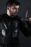 Uomo eccellente delle spole che tiene una pistola immagini stock libere da diritti