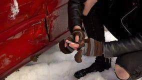 Uomo ed automobile dopo l'incidente Primo piano archivi video