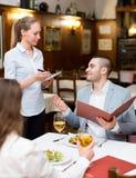 Uomo ed il suo altro significativo in ristorante immagine stock libera da diritti