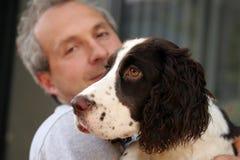 Uomo ed il suo cane Immagine Stock