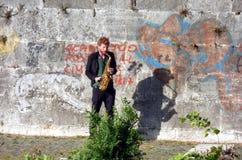 Uomo ed il suo sassofono Immagine Stock Libera da Diritti
