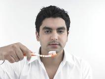 Uomo ed il suo toothbrush Fotografia Stock