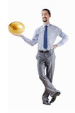 Uomo ed uovo dorato Fotografie Stock