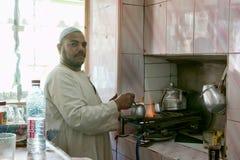 Uomo egiziano che prepara caffè tradizionale fotografia stock libera da diritti