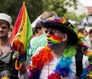 Uomo elaborato vestito durante la parata di gay pride Fotografie Stock