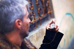 Uomo elegante bello con la pelliccia del lupo e dell'orologio da tasca fotografie stock