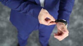 Uomo elegante che mette sull'orologio stock footage