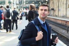 Uomo elegante circa per prendere un treno fotografia stock