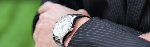 Uomo elegante con un orologio fotografia stock libera da diritti