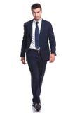 Uomo elegante di affari che cammina sul fondo bianco Fotografia Stock Libera da Diritti