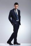 Uomo elegante di affari che si tiene per mano in tasche Fotografia Stock Libera da Diritti