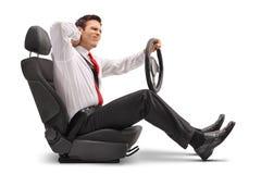 Uomo elegante messo in una sede di automobile che avverte dolore al collo immagine stock