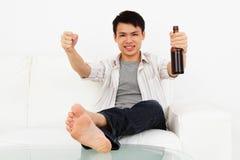 Uomo emozionante con birra Fotografia Stock Libera da Diritti