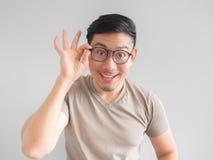 Uomo emozionante con gli occhiali Fotografie Stock Libere da Diritti