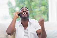 Uomo emozionante sul telefono Fotografie Stock Libere da Diritti