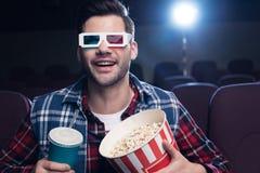 uomo emozionante in vetri 3d con popcorn ed il film di sorveglianza della soda Fotografie Stock Libere da Diritti