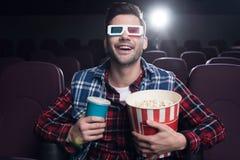 uomo emozionante in vetri 3d con popcorn ed il film di sorveglianza della soda Fotografia Stock Libera da Diritti